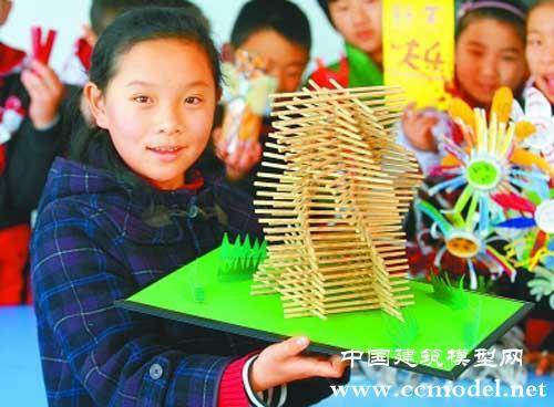 文澜小学学生用筷子制作建筑模型贺新年